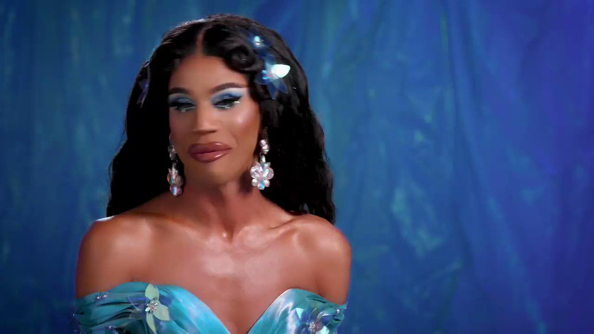 What's on the menu? LEGS! 👠 Its @naomismallsduh! Making the Top 3 of S8, this tall glass of water has checked her lipstick & is strutting her way into the #DragRace Hall of Fame. 💄 #AllStars4 premieres FRI 12/14 at 8/7c on @VH1! 🌟