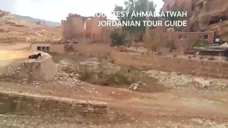 大雨に襲われたヨルダン。当局によると、全土で8人が死亡、ペトラ遺跡では土石流で少なくも3700人の観光客が避難した。 https://t.co/iXQ0g5c1JP