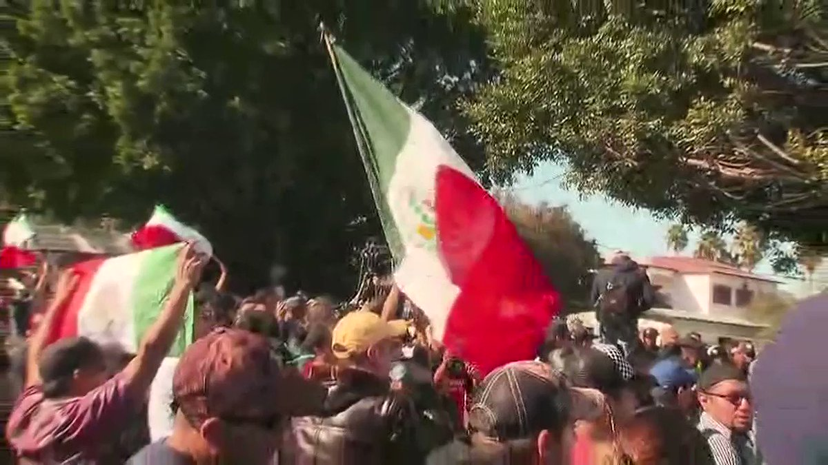 Hundreds protest migrants in Tijuana https://t.co/G3qyniDVIY https://t.co/IXTpZM2Dj0