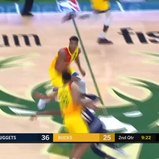 The no-look dish from Giannis! #FearTheDeer https://t.co/YMBF9KF3zf