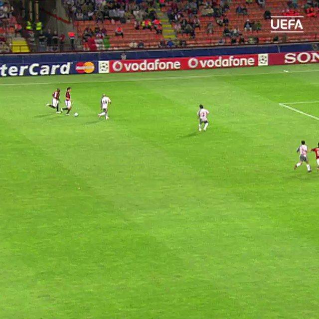 🔴⚫ #Kaká ➡️ #Pirlo ➡️ #Inzaghi ⚽️  #UCL #TBT #ThrowBackThursday #Milan @acmilan