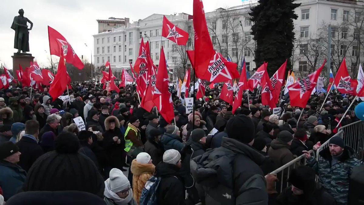 モスクワで北方領土の日本への引き渡しに反対する集会が20日、開かれました。日ロ首脳会談を前に500人が参加し、中には「北海道はロシアの島だ」という過激な横断幕もありました。 #北方領土 #日ロ首脳会談 https://t.co/gvPDy3Xr9C