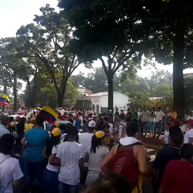 [#VIDEO] Así los manifestantes saludaron a los policías nacionales en medio de las protestas contra Nicolás Maduro #23Ene http://bit.ly/2sLfOvb