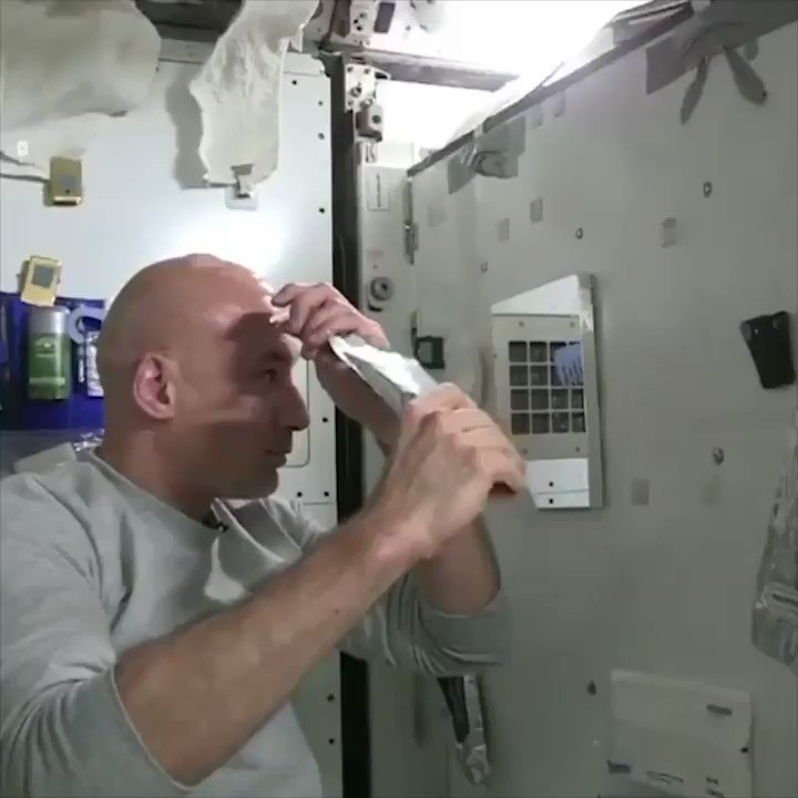 Astronaut Luca Parmitano shows how astronauts wash their hair/heads in space! 🚀 via @UNILADTECH 🎥 (@nasa)  #space #Life
