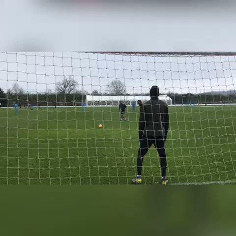 The goalkeeper from Gabon is BACK 🇬🇦  ⚽️ @PiresRobert7 🆚 @Aubameyang7 🧤