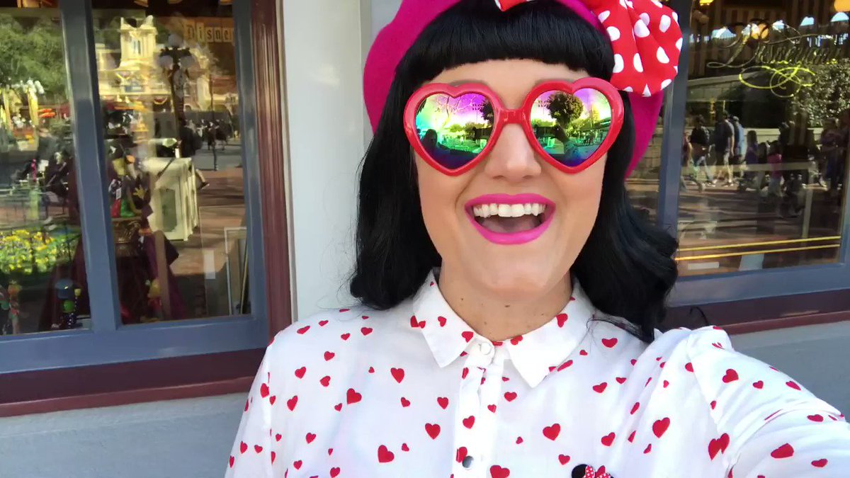 Check out all the ways to celebrate Valentine's Day at the @Disneyland Resort with @LilRaeCakes! 💗💗💗