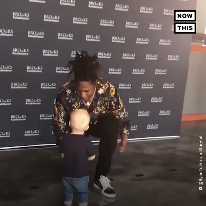NFL star @Shaquemgriffin shared an adorable moment with a little boy who has 1 hand, just like him