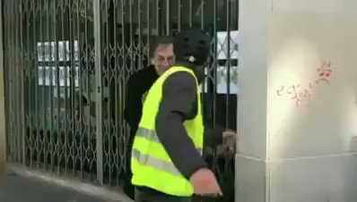 """#FRANCE: Yellow Vest protesters surround #Jewish Philosopher, Alain Finkielkraut, and yell: """"Dirty Zionist. Dirty Jew. You're going to die.""""  Is this how Europe is going to treat Jews in 2019? Shameful! #Antisemitism"""