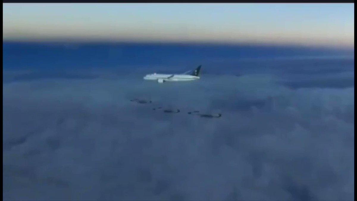 (موكب ملكي فوق السحاب )  هكذا استقبلت مقاتلات سلاح الجو الباكستانية  طائرة سمو ولي العهد لحظة دخولها الأجواء ..   ((وان طمع فينا العدو .. ماعلينا منه))  #ولي_العهد_في_باكستان