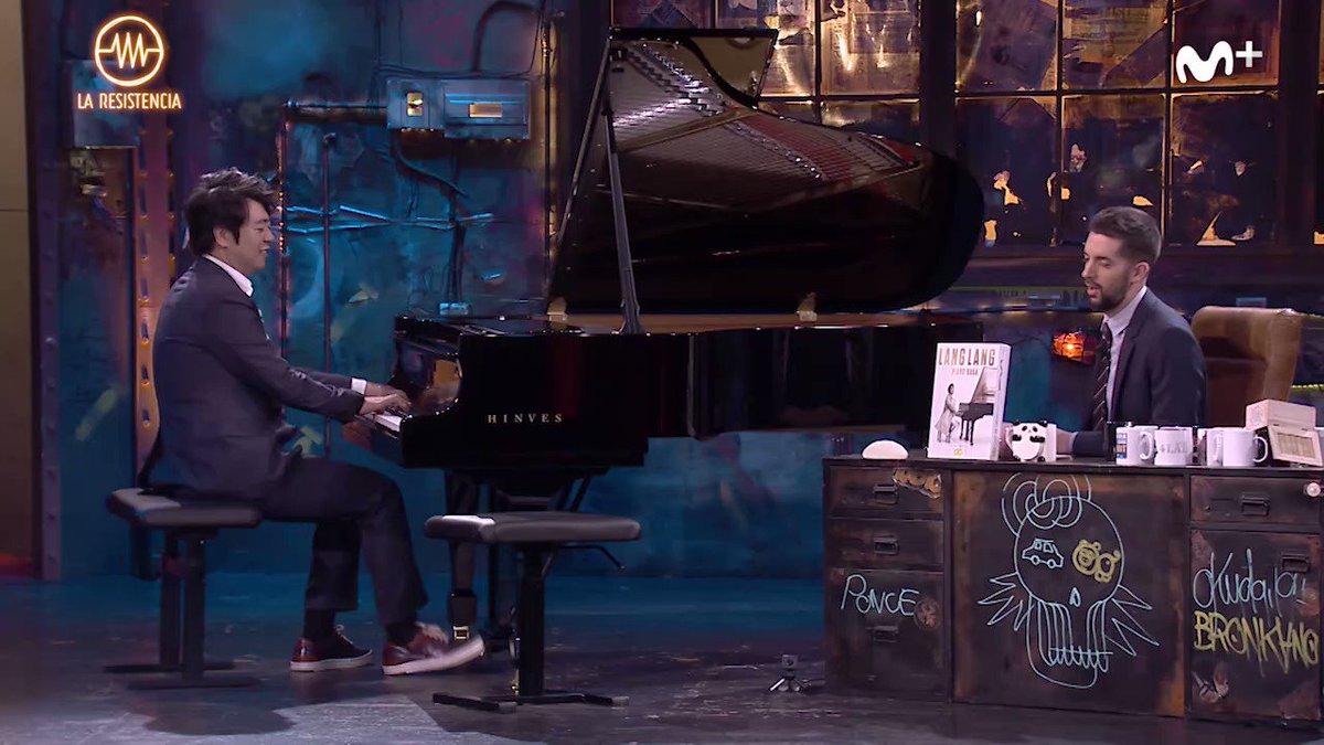 El mejor pianista del mundo tocando una de las mejores canciones de la historia con el segundo mejor presentador. Sentimos no estar a la altura nunca. #LaResistencia