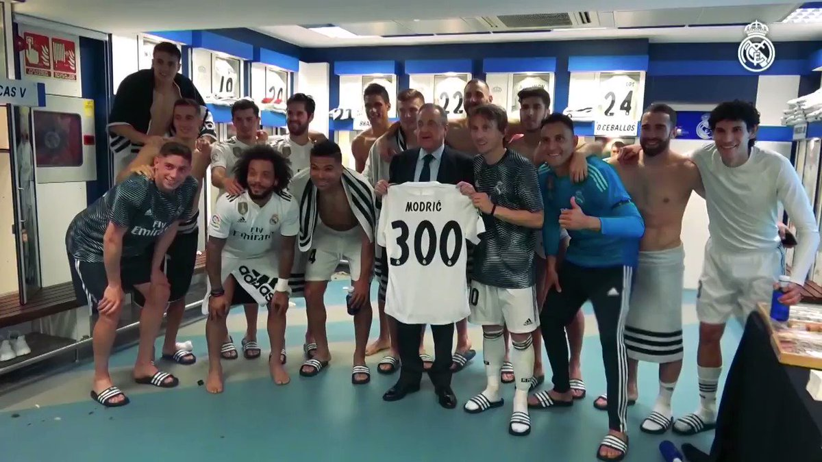 🇭🇷👕 @lukamodric10 received a special shirt from @RealMadrid president Florentino Pérez after making his 300th appearance for the club! #HalaMadrid