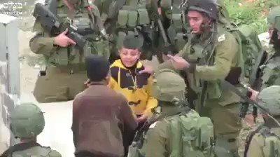 أكثر من 20 جندي صهيوني يعتقلون طفل فلسطيني لم يتجاوز الـ 10 سنوات !!! هل يمكن لقناة #العربية أن تتحدّث عن هذا ؟