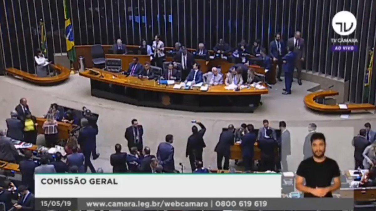 """Hoje, a Câmara dos Deputados e as ruas se posicionaram contra os cortes, os absurdos e as arbitrariedades do MEC. Não porque somos """"idiotas úteis"""", como disse Bolsonaro, mas porque se há uma pauta que pode unir a população, essa pauta é a da educação."""