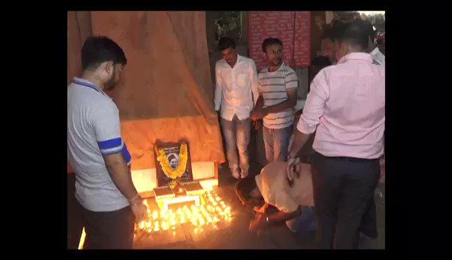 हिंदूवादी संगठन के कार्यकर्ताओं को नाथूराम गोडसे का जन्मदिन मनाना पड़ा महंगा. सूरत पुलिस ने किया गिरफ़्तार. देखिए कैसे कुछ युवकों ने मनाया था नाथूराम का जन्मदिन. #UserGeneratedContent @gopimaniar अन्य वीडियो http://bit.ly/IndiaTodaySocial…
