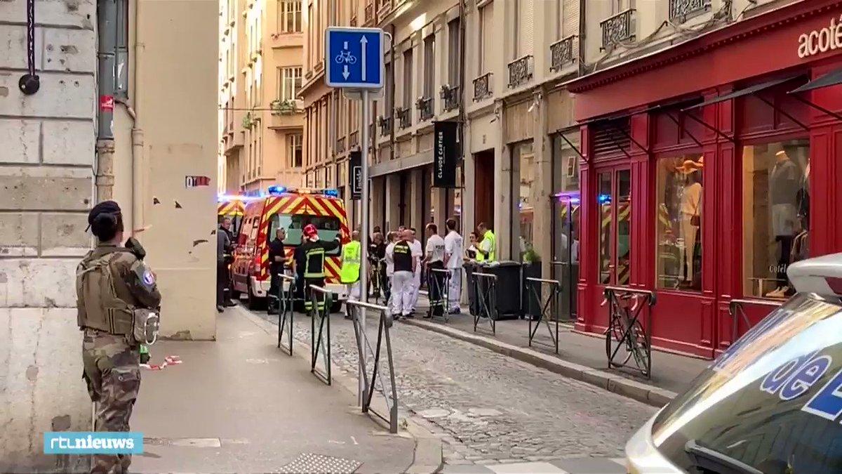 Op de eerste beelden uit Lyon zijn zwaargewapende soldaten en ambulances te zien. #rtlnieuws