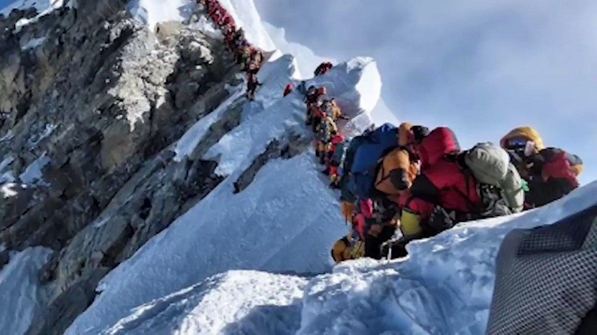 #Video ¿Suena fácil? ¡Así hacen fila en el Everest! En 2012, se produjo una situación similar cuando 260 montañeros trataron de hacer cumbre en un mismo día