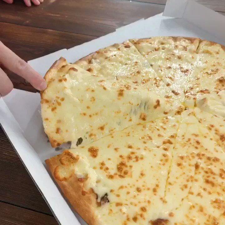 🧀🧀🧀🧀🧀🧀🧀🧀🧀 🧀チーズの海、爆誕。🧀 🧀🧀🧀🧀🧀🧀🧀🧀🧀 ニューヨーカー 1キロ ウルトラチーズが新登場!! 直径40cmのデカすぎる生地に、100%モッツァレラチーズを1キロ乗せちゃいました。食べられる期間はたった2週間!食べてみたい人RT🍕✨ http://bit.ly/2KthQdN #ドミノピザ #チーズ