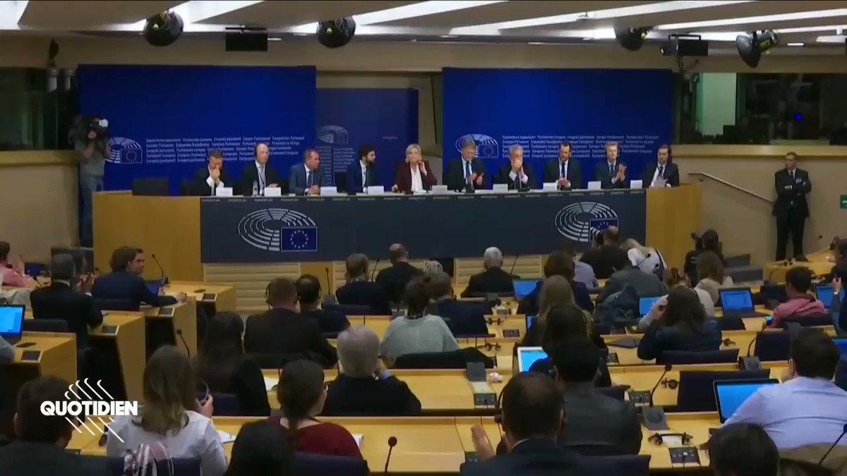 En conférence de presse du Groupe Populiste Européen dont fait partie Marine Le Pen, des députés populistes sont disséminés dans toute la pièce et applaudissent. Ce qui est interdit. Bravo au journaliste Nicolas Gros-Verheyde qui a tenu bon, même face à Collard ⬇️  #Quotidien