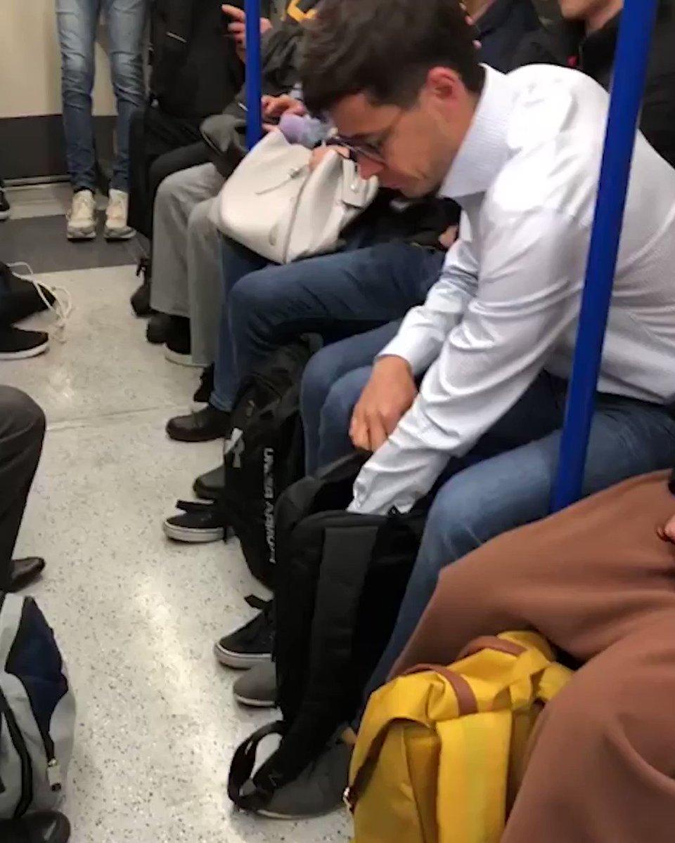 ロンドン地下鉄では車内でスムージーを作って飲むオシャレ野郎がいる。家で作って来いよと言いたくなるけど、自由でいいな。