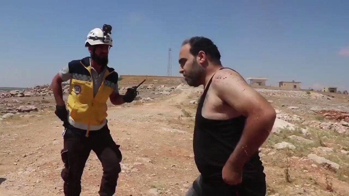 الدفاع المدني السوري يوثق لحظات تحبس الانفاس، أثناء القصف على ريف #إدلب بالقرب من مدينة معرة النعمان