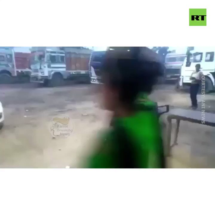 A group of berserk women attack two men with sticks & chairs in  🇮🇳#Indiahttps://on.rt.com/9yds