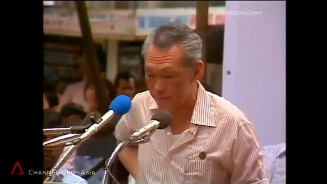 """بصرامة وحكمة بالغة، شاهد كيف ساهم رئيس وزراء سنغافورة السابق """"لي كوان يو"""" بحلّ أزمة إضراب طيّاري الخطوط السنغافورية والتي خلّفت خسائر إقتصادية كبيرة. جدير بالذكر ان هذا الرجل هو صانع نهضة سنغافورة ومن نقلها من العالم الثالث إلى العالم الأول."""