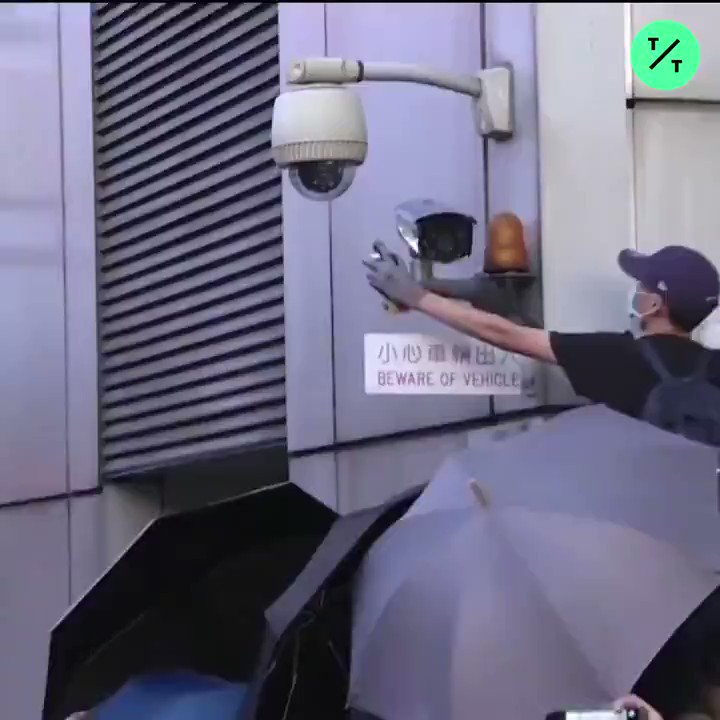 WATCH: Hong Kong demonstrators threw eggs and spray-painted China's Central Government Liaison office during violent protests on Sunday #反送中 #antiELAB