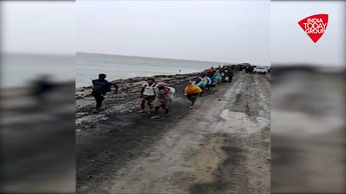 गुजरात में भारी बारिश के कारण भारत-पाकिस्तान अंतर्राष्ट्रीय सीमा पर कच्छ पुलिस द्वारा बचाव अभियान चलाया गया, जिसमें भारतीय वायु सेना के हेलीकॉप्टर द्वारा पुलिस ने 300 से अधिक लोगों को सुरक्षित स्थान पर पहुंचाया। #ReporterDiary रिपोर्ट: @gopimaniar