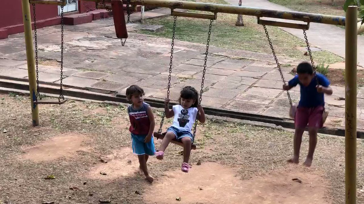 Sometimes we all need a push. ❤️ When little Aranza needs help, she can always count on her older brother Zadiel. Now in Brazil, these young Venezuelans will continue to rely on each other.