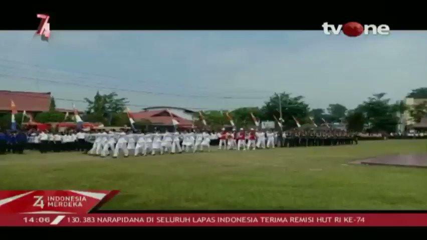Pengibaran bendera di puncak gunung & pelepasan 1.000 balon udara merah putih di Entikong, Kalimantan Barat. Kemhan juga memberikan sosialisasi bela negara serta pemberian genset & sembako di perbatasan. Selengkapnya di tvOne connect, http://bit.ly/2EMxVdm. #tvOneNews