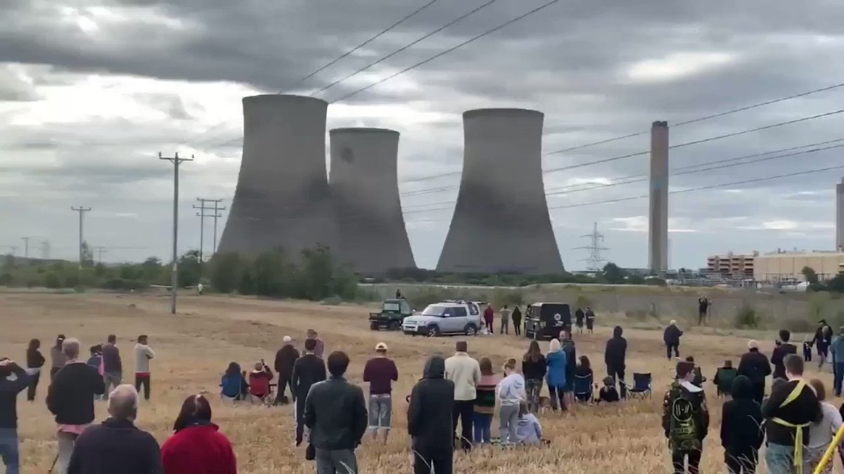 A planned demolition of a power plant's unused cooling towers at the Didcot power station in the UK briefly disrupted power at 40,000 homes. https://t.co/2r3nxvOCra https://t.co/lLyQOTOChc