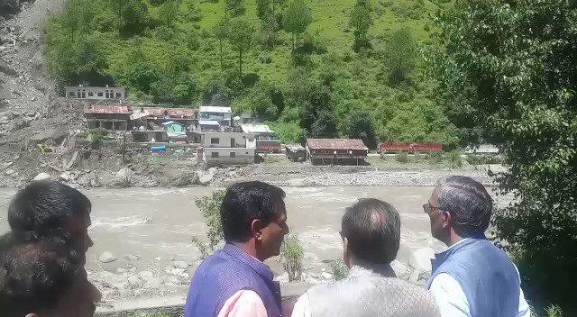 उत्तराखंड के मुख्यमंत्री त्रिवेंद्र सिंह रावत उत्तरकाशी में बाढ़ का जायज़ा लेते हुए दिखे#UserGeneratedContent @Manjeetnegilivehttp://bit.ly/IndiaTodaySocial…