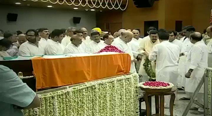 गृह मंत्री एवं भाजपा राष्ट्रीय अध्यक्ष श्री @AmitShah ने पार्टी मुख्यालय में पूर्व केंद्रीय मंत्री अरुण जेटली जी को श्रद्धांजलि अर्पित की।
