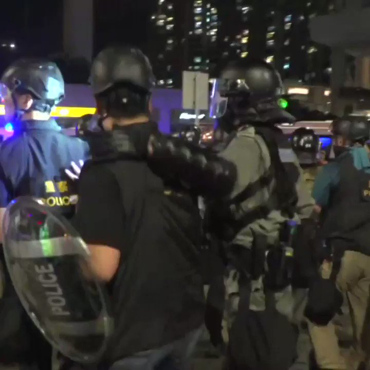 Heavy police presence in #TungChung after #HongKong protesters try to block access to airportpic.twitter.com/KRRuBMZKx2