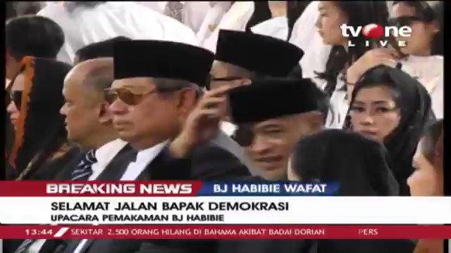 [BREAKING NEWS] Sedang berlangsung pembacaan riwayat hidup singkat dalam upacara pemakaman Presiden RI ke 3 BJ Habibie dengan dipimpin langsung oleh Presiden Joko Widodo. Selengkapnya di tvOne connect #BreakingNewstvOne #tvOneNews