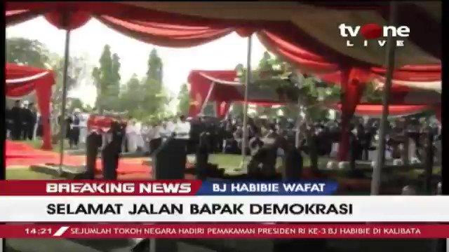 [BREAKING NEWS] Anak dari BJ Habibie memberi sambutan saat proses pemakaman. Ilham Akbar Habibie: Bapak perjuangkan Islam dan demokrasi di Indonesia agar ditunjukan pada dunia bahwa keduanya kompatibel. Selengkapnya di tvOne connect. #BreakingNewstvOne #tvOneNews