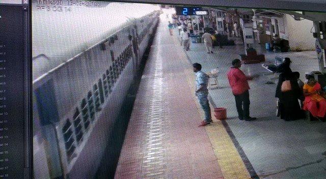 भुसावल मंडल के मनमाड स्टेशन पर तैनात आरपीएफ कांस्टेबल ने किया बहादुरी का काम, बचाई एक व्यक्ति की जान.#UserGeneratedContent @divyeshasअन्य वीडियो: http://bit.ly/IndiaTodaySocial…