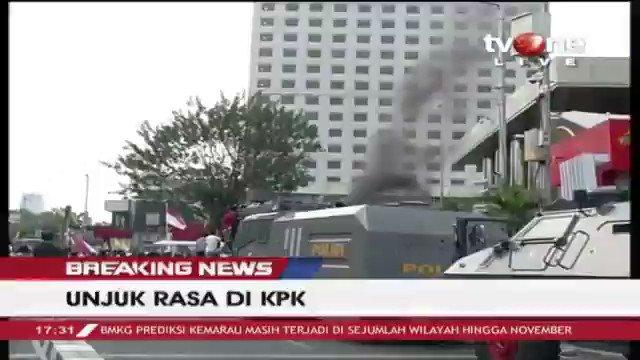 [BREAKING NEWS] Sejumlah mahasiswa menuntuk pimpinan baru segera dilantik. Dan terlihat sejumlah membakar ban di depan gedung KPK setelah sebelumnya sudah dipadamkan oleh Polisi. Selengkapnya di tvOne connect. #BreakingNewstvOne