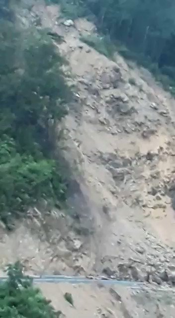 ⚠⛰Impresionantes imágenes de los deslizamientos de tierra que se han registrado, en las últimas horas, sobre la carretera de Cerro Santa Marta en Coclé. El Sistema de Protección Civil procedió a cerrar el paso para evitar accidentes lamentables. #NoticiasTVN