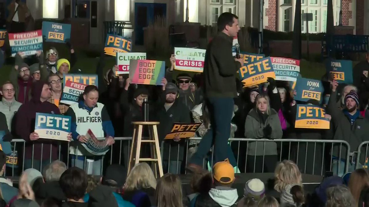 Image for the Tweet beginning: Pete Buttigieg campaigns in Des