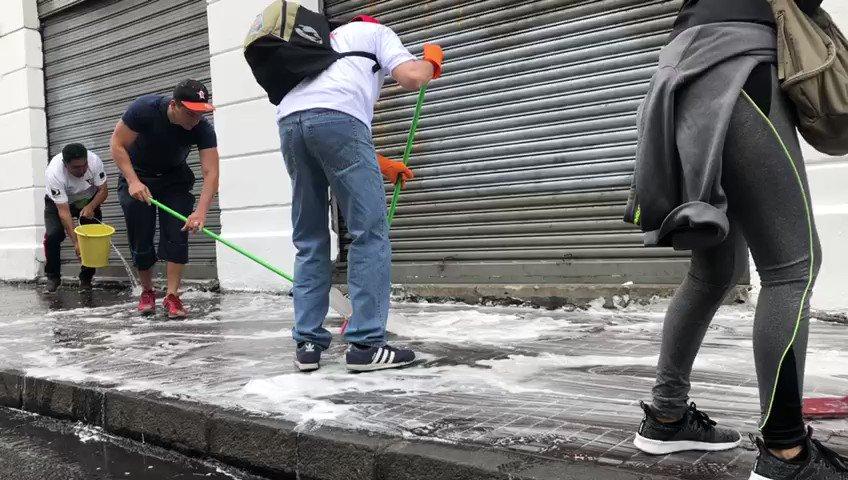 Así lucen a esta hora la calles del centro histórico de Quito, Ecuador. Cientos de personas de los barrios, con el apoyo de empresas, han salido para limpiar, pintar, reordenar, así como intentar reconstruir los daños dejados tras las protestas en el país 📹 Ana María Cañizares