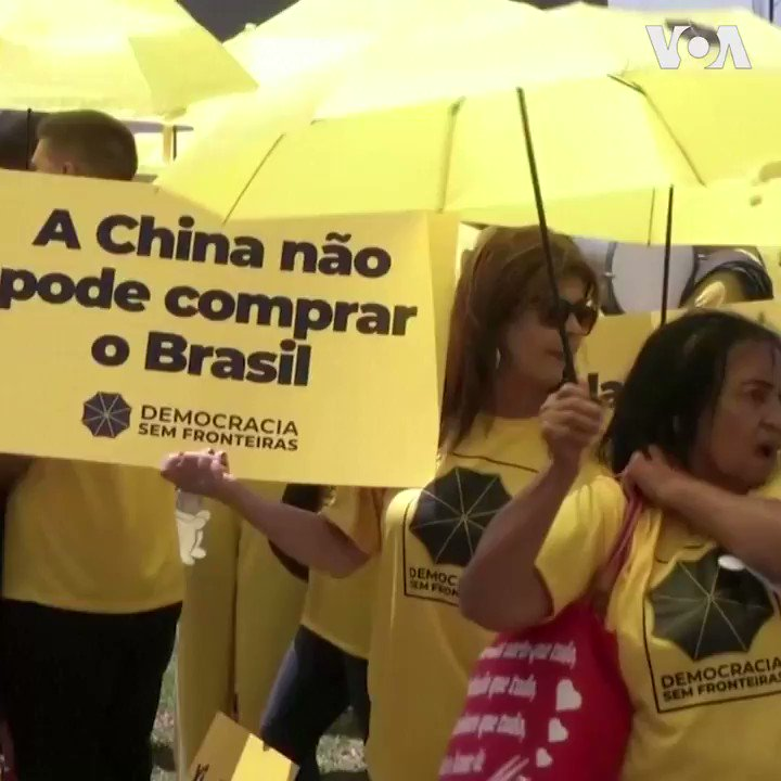 中国国家主席习近平访问巴西之际, 巴西民众星期三11月13日举行抗议集会抗议习的到访。参与示威的Yago表示,中国是一个为难其公民的国家,中国不让其公民享有宗教自由、表达自由、政治自由。我们与香港的示威者站在一起。 #香港