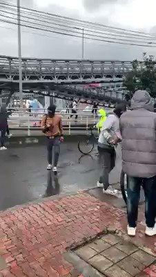 Durante las manifestaciones por el paro nacional de este jueves en Colombia en contra del llamado paquetazo de Duque, un agente del ESMAD dio una patada a la cara a una manifestante que intentaba proteger a un compañero Cortesía: @Gina_Vegana