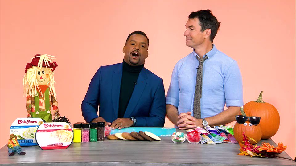 """You know @alfonso_ribeiro from """"The Fresh Prince of Bel-Air,"""" and @MrJerryOC from """"Jerry Maguire,"""" but what you may not know is how these two actors are when they're not playing scripted characters. See how they decorate themselves as cookies: https://trib.al/GCy5mIa @AFVofficial"""