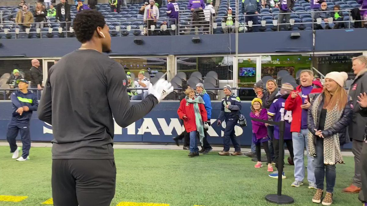 .@stefondiggs playing catch with fans pregame! 🏈 @Vikings | #SKOL | #MNF 📺: #MINvsSEA—8:15pm ET on ESPN 📱: NFL app // Yahoo Sports app
