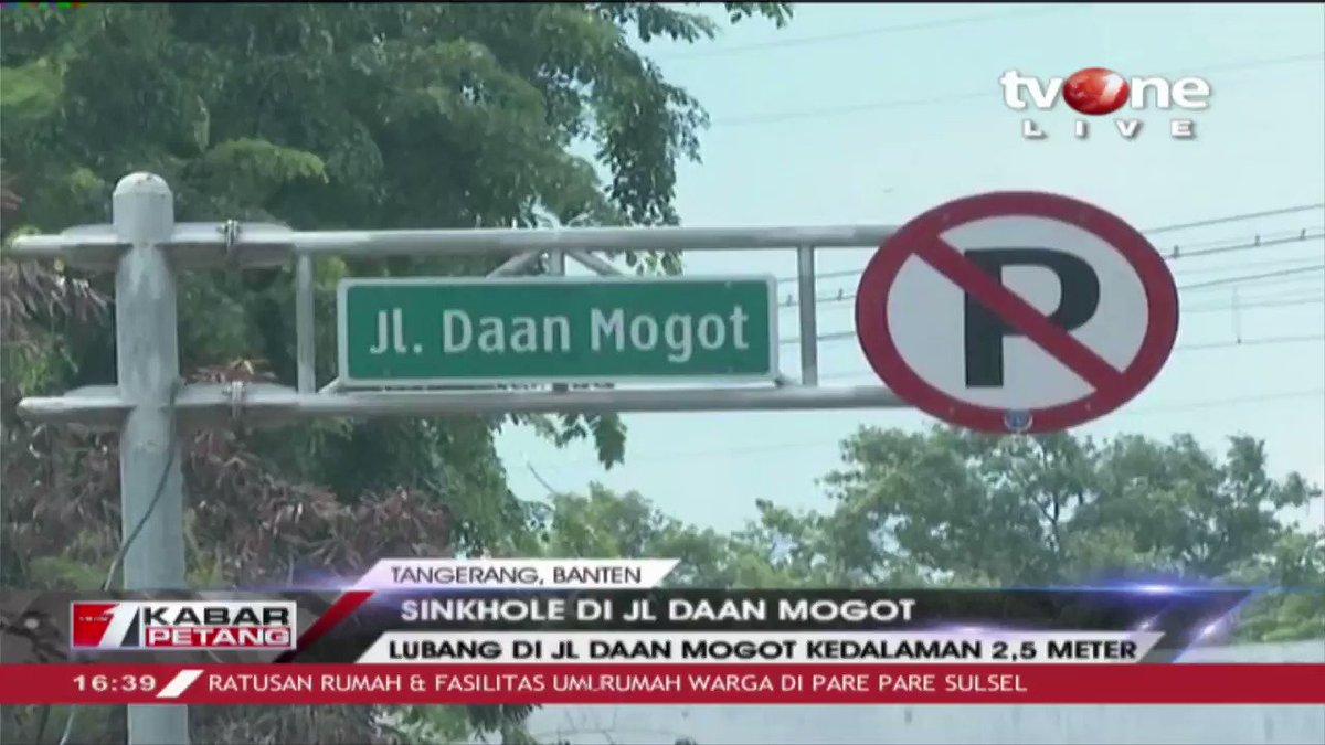 Jl. Daan Mogot Kota Tangerang amblas dengan meninggalkan lubang berdiameter 3 meter dengan kedalaman 2,5 meter.  Dapatkan berita lainnya di tvOne connect. #tvOneNews #RepostNews #KabarPetangtvOne #sinkhole