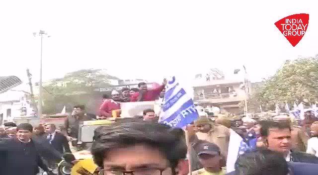 #DelhiElections2020 नामांकन के बाद अरविंद केजरीवाल का प्रचार अभियान तेज़, बादली से लेकर आदर्श नगर की कच्ची कॉलोनियों से निकाला रोड शो! देखिये, 'आजतक' संवाददाता @pankajjainclick की #ReporterDiaryअन्य वीडियो- http://bit.ly/IndiaTodaySocial…