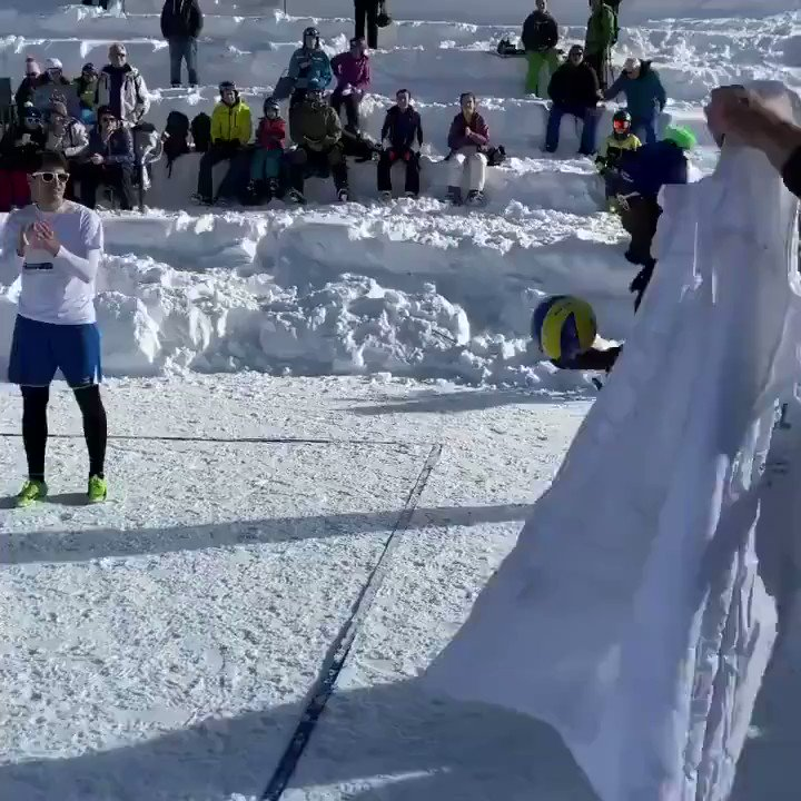 The snow was not stopping these folks ❄️🏐  🎥: @FIVBVolleyball