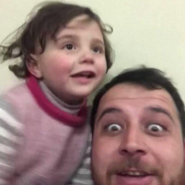 [Video] Pria di Suriah ini mengajak putrinya tertawa setiap mendengar suara bom. Tinggal di daerah perang, dia tak ingin anaknya stres dengan pengeboman yang terjadi di sekelilingnya.