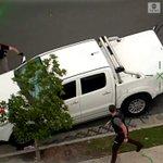 盗難車を乗り捨て逃げた男をタックルして捕らえ警察官に引き渡した「マッチョな男性」